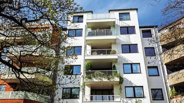 """City-Apartment, 80 Quadratmeter  Lage: Düsseldorf, zentral, Stadtteil Pempelfort, nahe dem Schloss Jägerhof  Objekt: 2,5 Zimmer, 5. Obergeschoss, aus den 1980er Jahren  Preis: 326 000 Euro  Besonderheiten: Whirlpoolbadewanne, Aufzug, """"süße Terrasse"""" mit Ausblick auf Dreischeibenhaus und den Fernsehturm, sagt die Maklerin"""