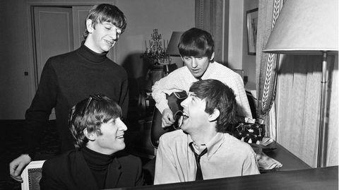 """Die Beatles ließen den Fotografen auch an ihrem kreativen Prozess teilhaben. So war er zugegen, als Lennon und McCartney im George V Hotel einen neuen Hit schufen. """"Paul und John beim Komponieren zuzusehen, war ein echtes Erlebnis für mich, die Chemie zwischen den beiden stimmte einfach"""", sagt Harry Benson über die Situation. """"Es sah aus, als würden sie nur auf ihren Instrumenten rumklimpern, aber nach scheinbar nur wenigen Minuten hatten sie 'I Feel Fine' geschrieben."""""""