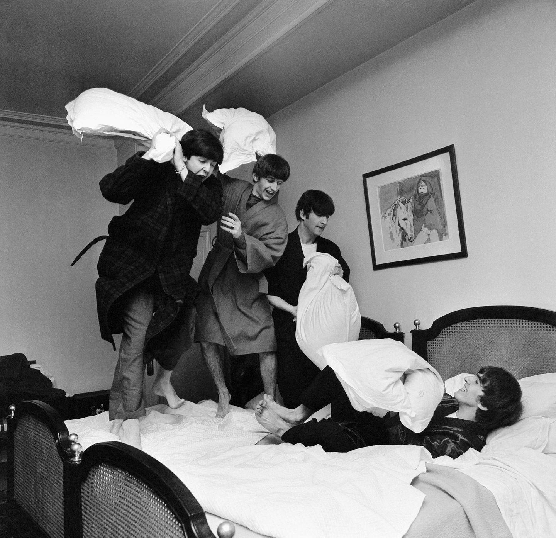 Mit dieser Reise fing alles an: Im Januar 1964 bekam der Fotograf Harry Benson den Auftrag, die damals in Europa extrem angesagte Band The Beatles nach Paris zu begleiten. Der Fotograf und die Musiker kamen von Anfang an gut miteinander aus - und so entstanden Bilder, die das Ausmaß der Beatlemania jener Jahre dokumentieren, aber auch diskrete Einblicke hinter die Kulissen liefern. Hier drückt Benson auf den Auslöser, als sich Paul, Ringo, John und George (v.l.) im George V Hotel bei der Kissenschlacht austoben. Auch dank solcher Aufnahmen konnten die vier Stars ihren Fans das Image vermitteln, trotz aller Erfolge die netten Jungs von nebenan geblieben zu sein. Paul McCartney war es, der am 10. April 1970 das Ende der Beatles verkündete.
