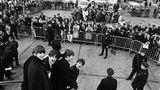 """Bevor sie im Februar 1964 in die USA reisten, waren die Beatles eine erfolgreiche englische Popgruppe. Nach dieser Reise waren sie Weltstars - das zeichnete sich schon bei ihrer Landung am New Yorker JFK Airport ab, wo sie von zahlreichen Fans und Schaulustigen empfangen wurden. Auch auf dieser Reise wurden sie von Harry Benson begleitet, der sich erinnert: """"Sie nahmen New York im Sturm."""""""