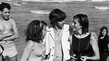 """Die Reise nach Miami war eine willkommene Abwechslung für die Beatles. """"Wir kamen gerade aus England und New York, wo es eiskalt gewesen war, und auf einmal nichts als Sonne, Meer und Mädchen im Badeanzug, die einen Beatle kennenlernen wollten"""", schreibt Harry Benson über diese Zeit. Ringo hat schon Kontakt zu zwei Badenixen aufgenommen. Paul McCartney erinnerte sich später so an diese Zeit: """"Miami war einfach unglaublich, es gab jede Menge wunderschöne, tolle, sonnengebräunte Mädchen. Nach der Fotosession am Strand fragten wir gleich, ob sie mit uns ausgehen wollen."""""""