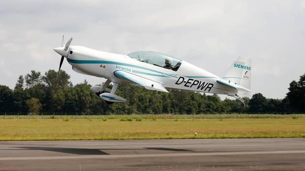 Meilenstein auf dem Weg zu einem Regionalflugzeug mit hybrid-elektrischem Antrieb: Die Extra 330LE hebt ab