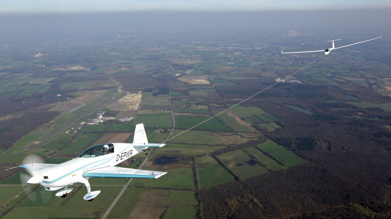 """Kleines Flugzeug großer Rekorde: Die """"Extra 330LE"""" hat als erstes Elektroflugzeug in nur 76 Sekunden ein Segelflugzeug auf 600 Meter Höhe geschleppt."""