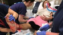 Der Schüler Sam Kanizay liegt in Melbourne im Krankenhaus mit blutenden Beinen.