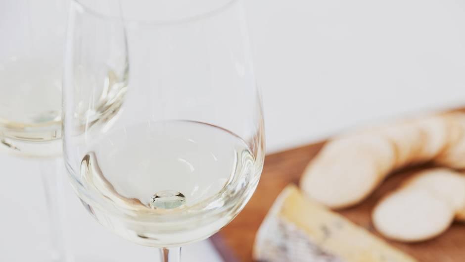 Studie beweist: Weißwein passt besser zu Käse als Rotwein