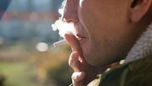 Lungenkrebs-Schnelltest: Ein Mann raucht eine Zigarette