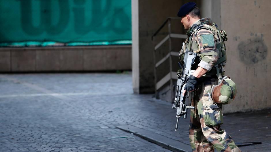 Nach dem mutmaßlichen Auto-Anschlag patroullieren Soldaten in der Nähe des Tatortes bei Paris