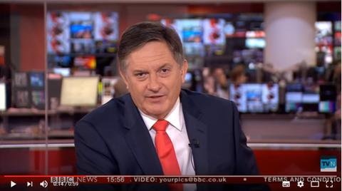 BBC-Nachrichtenmoderator Simon McCoy berichtet über surfende Hunde – und is not amused