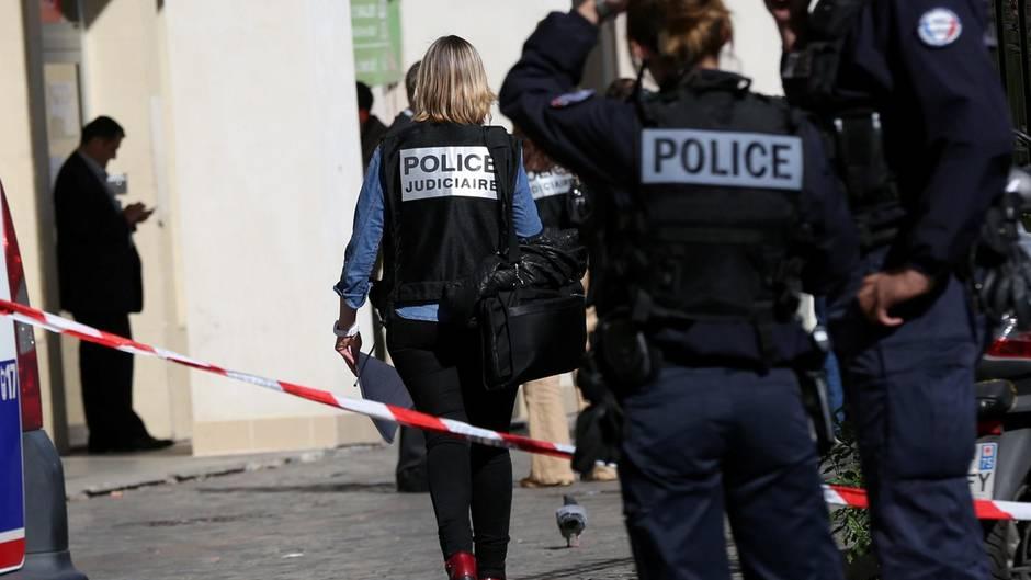 Polizisten untersuchen den Tatort in Levallois-Perret, Frankreich.