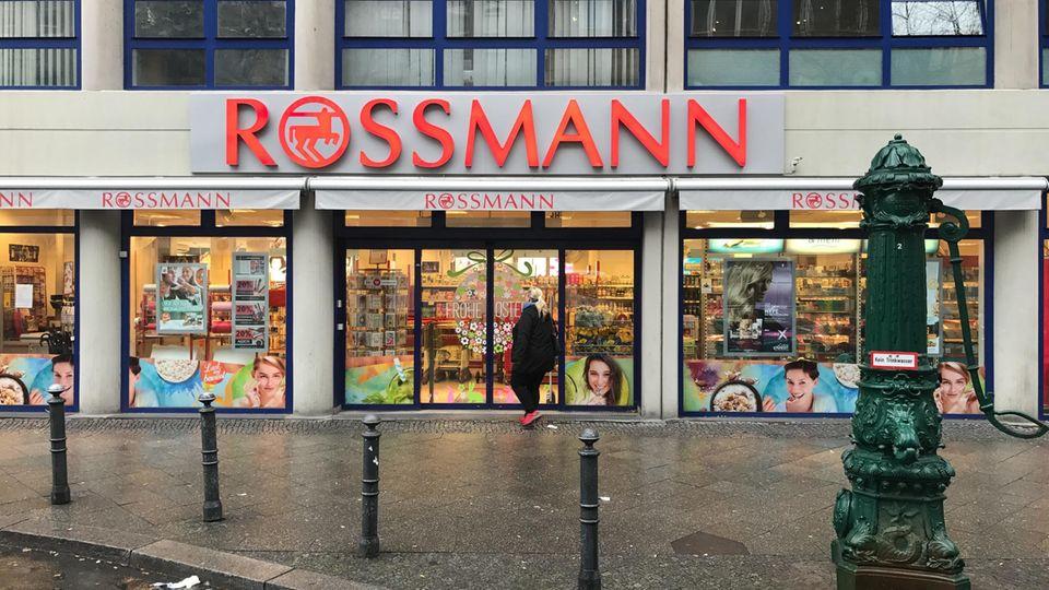 Kooperation von Amazon und Rossmann: Eine Rossmann-Filiale in der Ansbacher Straße in Berlin-Charlottenburg