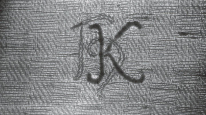 """In dem Mordfall erhofft sich die Polizei Hinweise zu dem über 100 Jahre alten Handtuch mit der Inschrift """"HK"""""""
