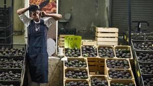 Ein Avocadoverkäufer steht in Mexiko an seinem Stand