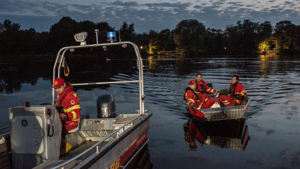 Hildesheim, Niedersachsen: Einsatzkräfte ringen die ganze Nacht mit den Fluten, auch die Feuerwehr aus anderen Landkreisen packt mit an