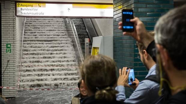Berlin: Die U-Bahnstation Güntzelstraße läuft nach einem Unwetter voll – was zu Erinnerungsfotos einlädt. Zweimal schon wurde die Hauptstadt in den vergangenen Wochen überschwemmt