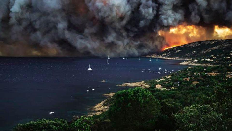 St. Tropez, Côte d'Azur, Frankreich: Deutschland trieft, Frankreich brennt. Im Süden Europas herrscht extreme Trockenheit, täglich kämpfen die Feuerwehren gegen wütende Waldbrände an
