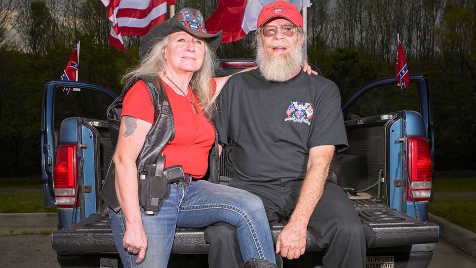 """Susan und Wayne Byrdaus Danville, Virginia, hissen jeden Samstag für zwei Stunden die Südstaatenflagge, ein Symbol des rassistischen Amerikas:""""Wir werden niemals zulassen, dass die Fahne eingeholt wird"""""""