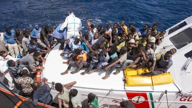 """Flüchtlinge auf einem Boot der italienischen Küstenwache vor Lampedusa. Gabriel: """"Wir laufen sehenden Auges in die gleiche Situation hinein wie 2015"""""""