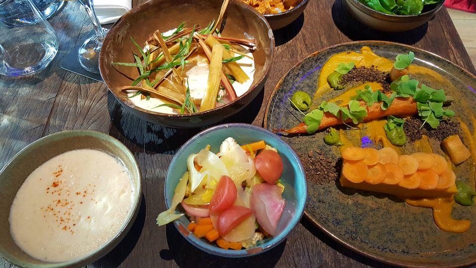 Das gab's zum Essen (von links): Sellerieschaum, Mixed Pickles, Sellerie aus dem Smoker mit Rhabarberkompott (oben) und in Miso gebackene Möhre mit Karottenschnitte. Angeschnitten im Bild: Pulled Pilz und Spinat mit Parmesan.