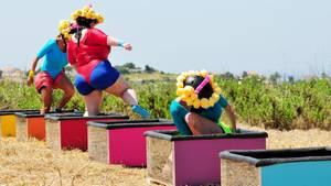 """Beim Spiel """"Schwamm drüber"""" müssen die Teilnehmer des """"Sommerhaus der Stars"""" in Schwamm-Anzügen Wasser transportieren"""