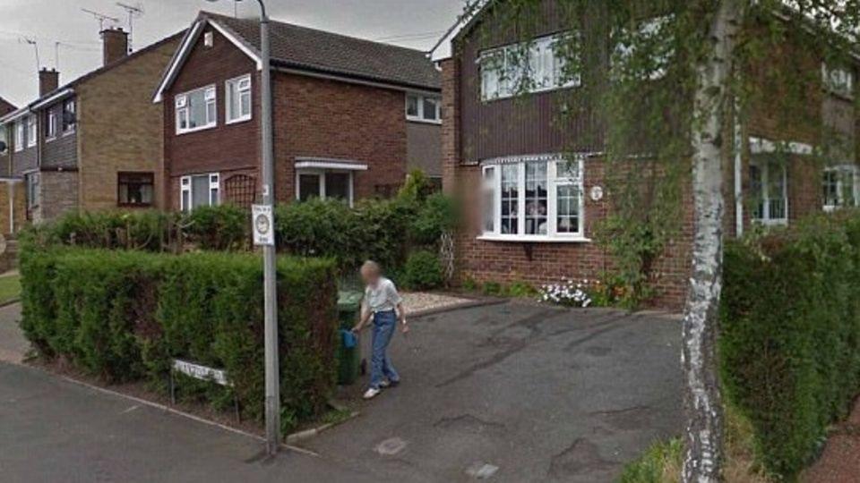 Screenshot von Google Earth: Die Mutter der Amerikanerin Denise Underhill gießt Blumen in ihrem Vorgarten