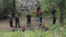Polizisten am Fundort im Hamburger Stadtteil Rissen: Hier entdeckten sie Anfang August das erste Leichenteil