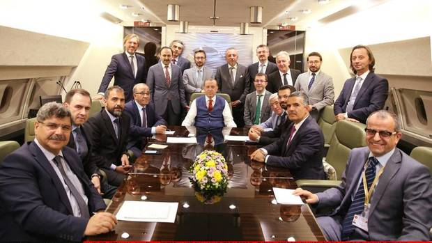 Der Präsident hält Hof: Am Konferenztisch seiner Regierungsmaschine empfängt Erdogan Journalisten, die mit ihm auf dem Gipfel in Hamburg waren