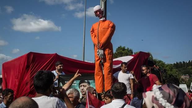 In der Türkei läuft eine Säuberungswelle gegen Anhänger des Predigers Gülen. Die Puppe, die ihn darstellen soll, hängt an einem Laternenpfahl in Istanbul