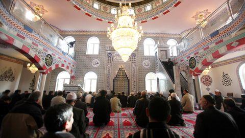 Gläubige Muslime beten vor der offiziellen Eröffnung in der Zentrum-Moschee im schleswig-holsteinischen Rendsburg