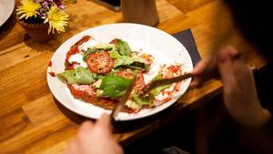 Veganerin bestellt Pizza im Restaurant - und bekommt eine Frechheit serviert