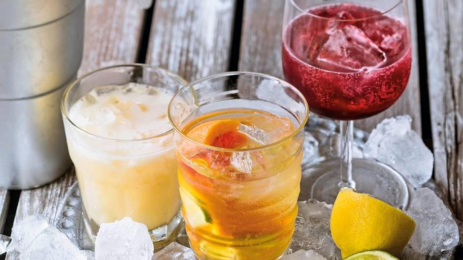 Eisgekühlt und fruchtig: Litschi-Ingwer-, Zitrus- und Beeren-Aperitif (v.l.)