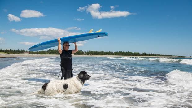 Colin Campbell und sein Hund George teilen eine besondere Leidenschaft: das Surfen