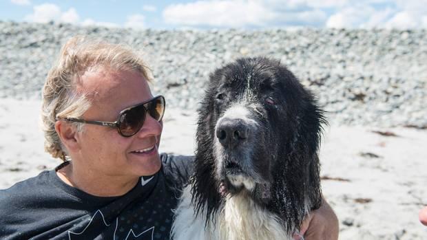 Colin Campbell legt am Strand von Nova Scotia seinen Arm um George