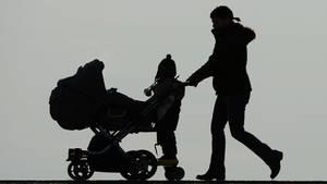 Eine Frau mit Kinderwagen (Symbolbild)