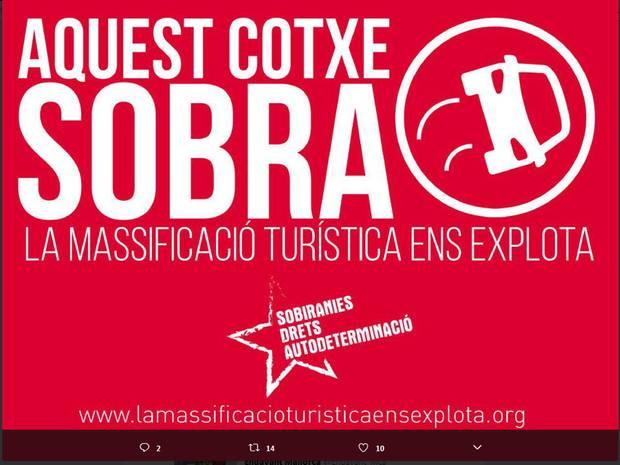 """Einer der Aufkleber auf Mallorcas Leihwagen: """"Auquest cotxe sobra"""" - dieses Auto ist zu viel."""