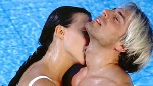 Ein verliebtes Paar küsst sich im Swimmingpool