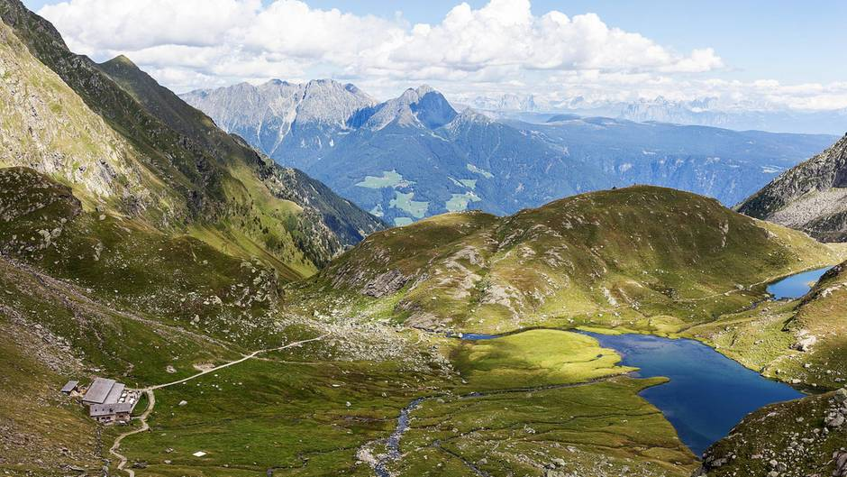 Schöne Aussichten: In ein paar Gehminuten ist die Oberkaser Alm erreicht, wo Lammbraten aus eigener Zucht und selbst gemachte Almbutter Wanderer zu Kräften bringen.