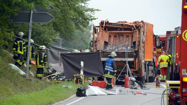 Nachdem der Müllwagen wieder aufgerichtet wurde,. bot sich den Helfern ein Bild des Grauens