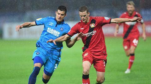 Nicht nur Sven Bender (r.) von Bayer Leverkusen hatte Probleme mitOskar Zawada (l.) und dessen Teamkollegen vom Karlsruher SC