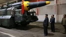Kim Jong-un vor einer Rakete