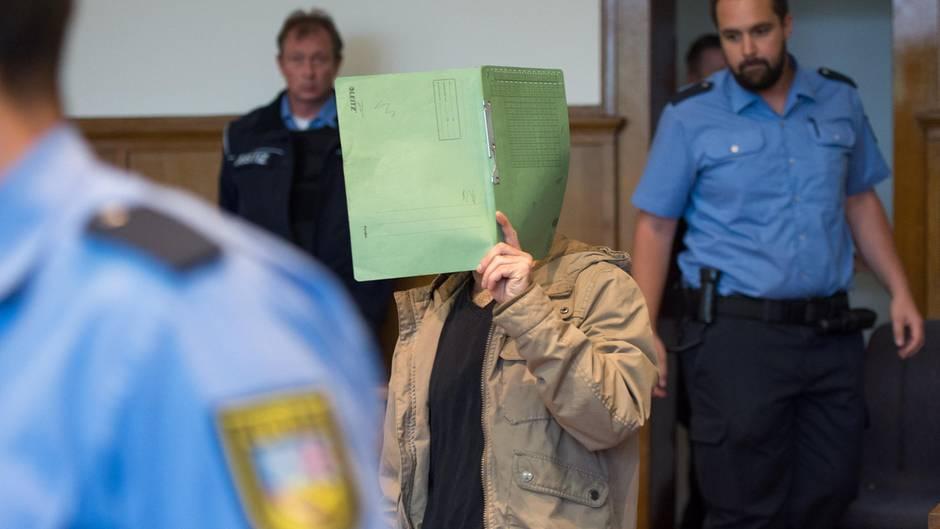Hassan A., ein unter Terrorverdacht stehender Syrer, wird von Beamten zur Urteilsverkündung in den Gerichtssaal des Landesgerichtes in Saarbrücken geführt