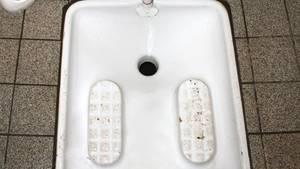 Hock-WCs sind in vielen Teilen der Welt üblich. In Köln sorgt der Einbau in einem Kulturzentrum für Diskussionen. (Archivbild)