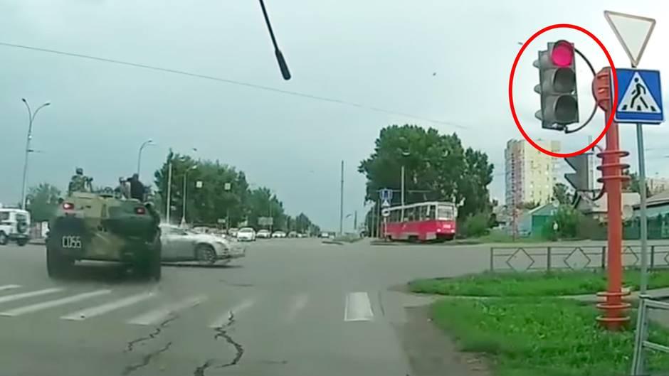 Meanwhile in Russia: Panzer überfährt rote Ampel und verursacht Unfall