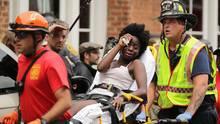 Helfer transportieren eine Frau ab, die verletzt wurde, als ein Auto in Charlottesville in eine Menschenmenge fuhr