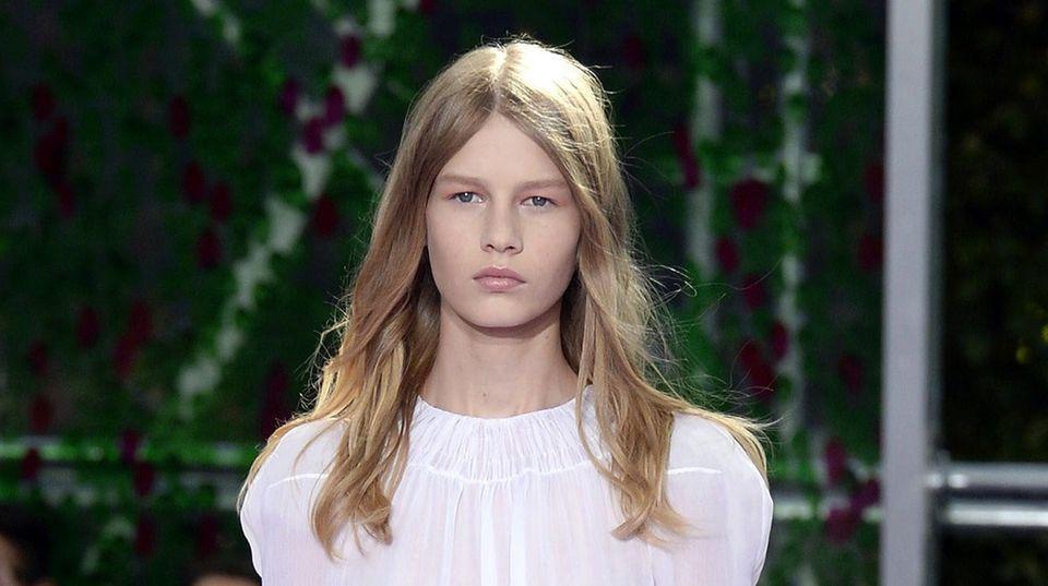 Das damals 14-jährige Model Sofia Mechetner läuft auf der Modewoche in Paris für Dior (Archivbild aus 2015)