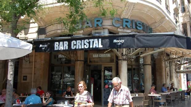 Menschen gehen am Cafe Bar Cristal an der Placa d'Espanya in Palma de Mallorca vorbei