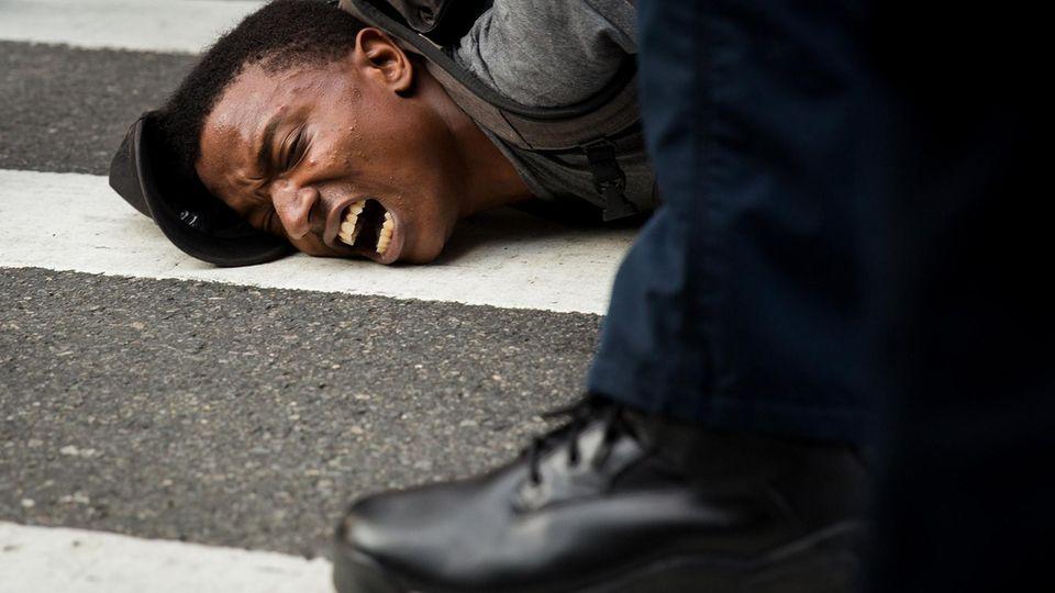 """Ein dunkelhäutiger Mann, der in New York gegen """"White Supremacy"""" demonstrierte, wird festgenommen"""