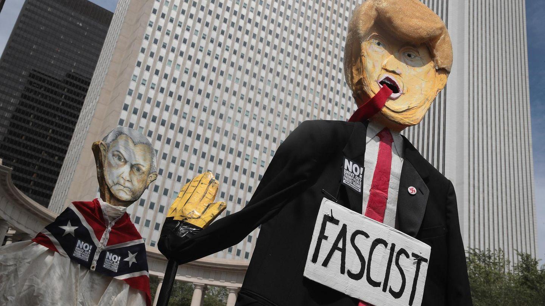 Nach Charlottesville: Präsident Donald Trump wird als Puppe durch die Straßen getragen