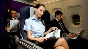 Allleinreisende Frau im Flugzeug
