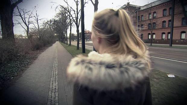Marie beobachtete zufällig, wie ein Mann eine Schülerin am Wegesrand überfiel.