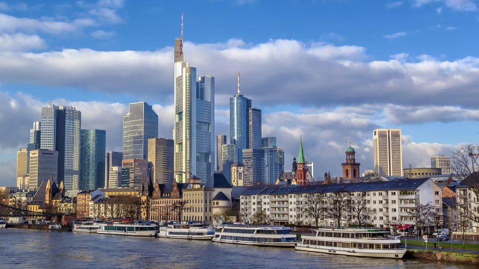 Platz 1: Frankfurt am Main  Die meisten unbefristeten Absolventenjobs gibt es in der Finanzmetropole Frankfurt. 11 Prozent aller Stellenangebote für Einsteiger, die von der Uni kommen, gibt es hier.